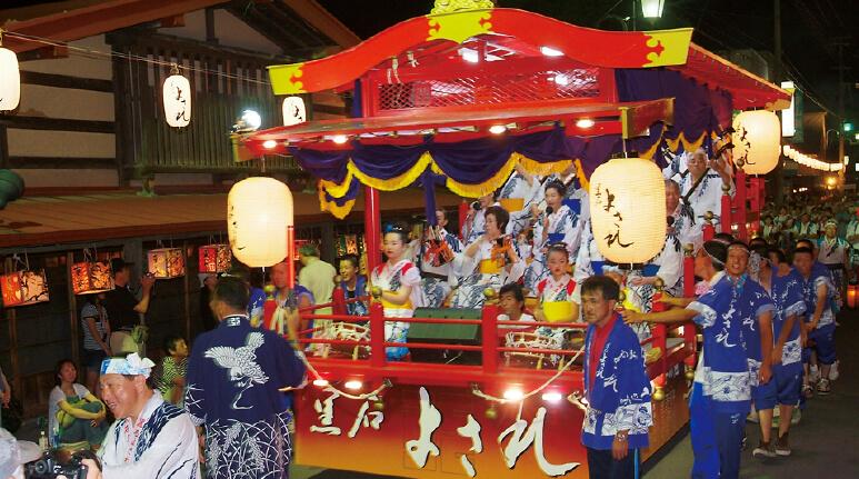 毎年8月に行われる祭り「黒石よされ」は、徳島の阿波踊り、岐阜の郡上おどりと並ぶ日本三大流し踊りの一つ。2000人もの踊り手が通りを舞う