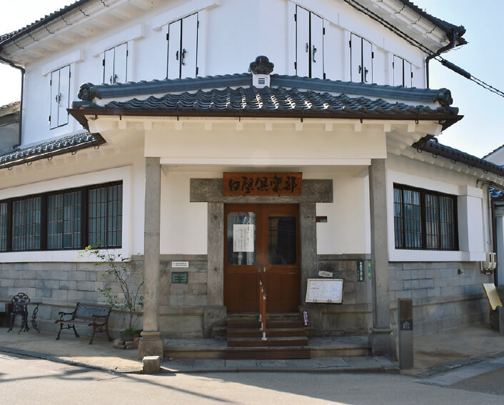 国の登録有形文化財で明治41年に建てられた「白壁倶楽部」(旧国立第3銀行倉吉支店)は、昨年の地震で壁が崩れるなど大きな被害を受けたが、今は営業を再開している
