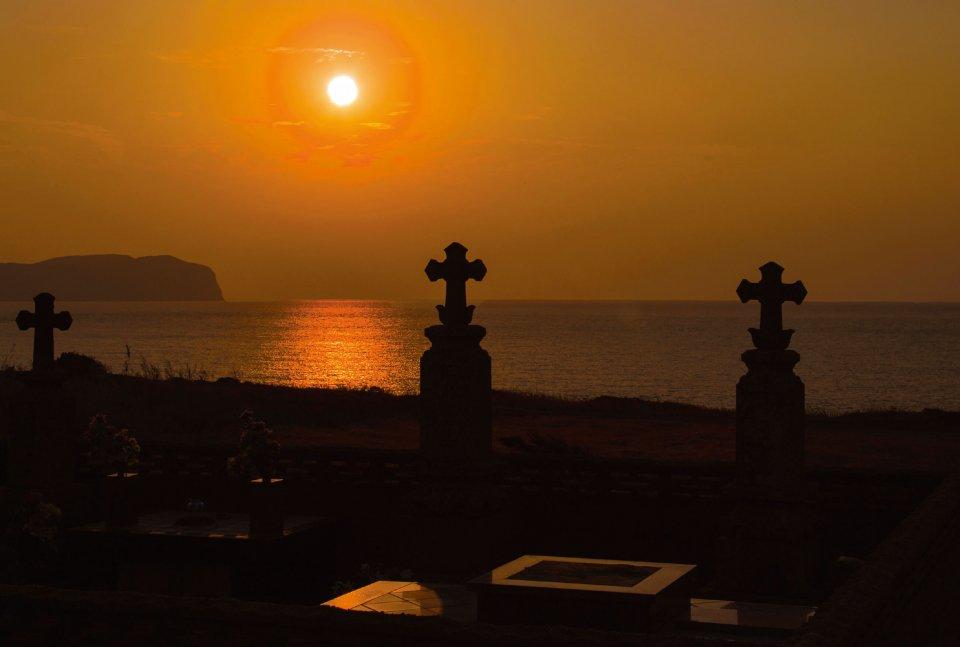 落陽が荘厳で見応えのある「渕ノ元カトリック墓碑群」 ©清瀧会頭