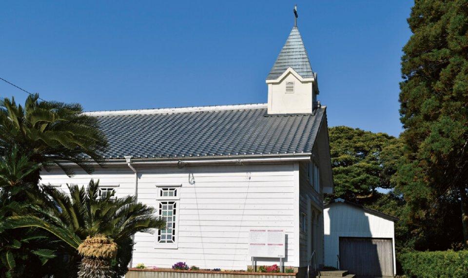 貝津教会の白壁で木造瓦ぶきの屋根にちょこんとのった尖塔は素朴な雰囲気を漂わせている