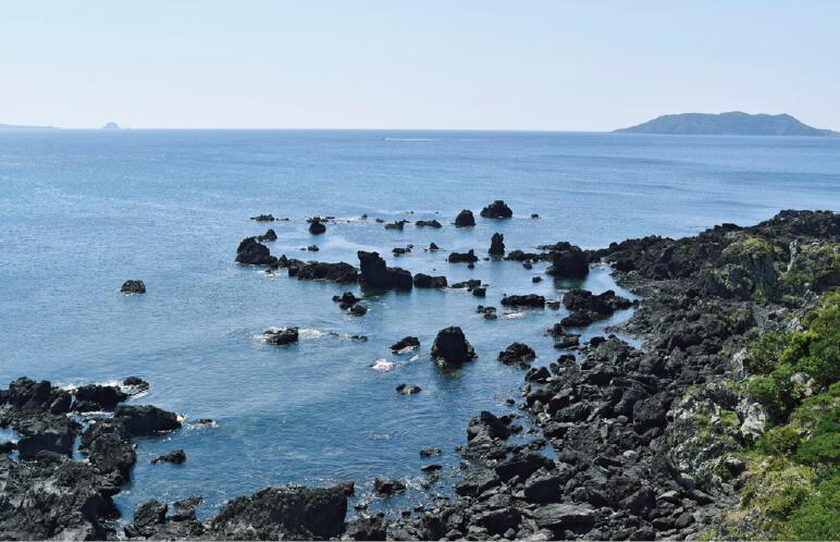 鬼岳噴火による溶岩が海に流れ込んだもので黒い岩肌が続く「鐙瀬溶岩海岸」