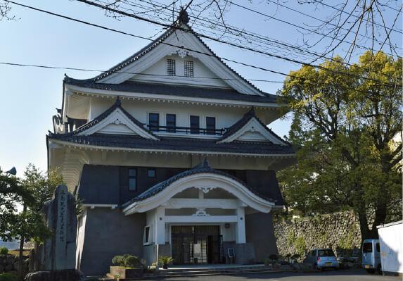 天守閣を模した3階建ての館内には五島に関する歴史や文化などが分かりやすく展示されている「五島観光歴史資料館」
