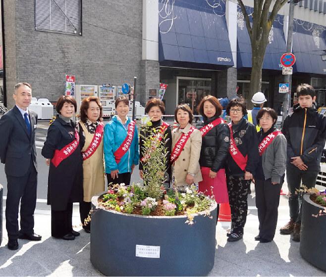 3月13日、メンバーらが寄せ植えを実施