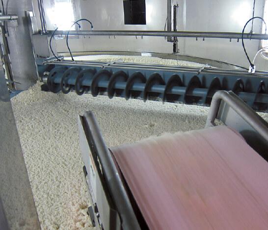 泡盛の原材料であるタイ米を1時間かけて蒸したあと、黒麹菌を散布して麹をつくる