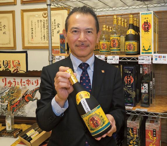 「伝統に甘んじることなく、新たな商品開発を進めていきたい」と新里酒造七代目の新里建二さん。昨年亡くなった六代目の兄の後を継いで就任した