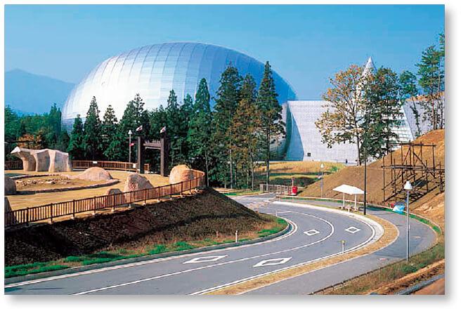福井県立恐竜博物館:恐竜化石が日本一発掘されている勝山市にあり、年間90万人以上が訪れる