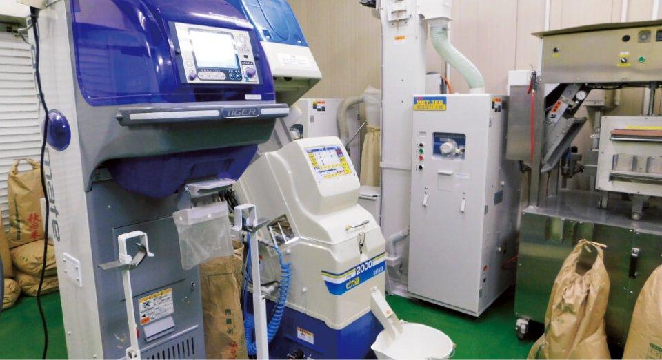 農家向けに販売されている食用米の「光選別機」(フルカラーカメラにより選別する) を導入。害虫被害粒や異物を完全に除去して良質な米を商品として販売している
