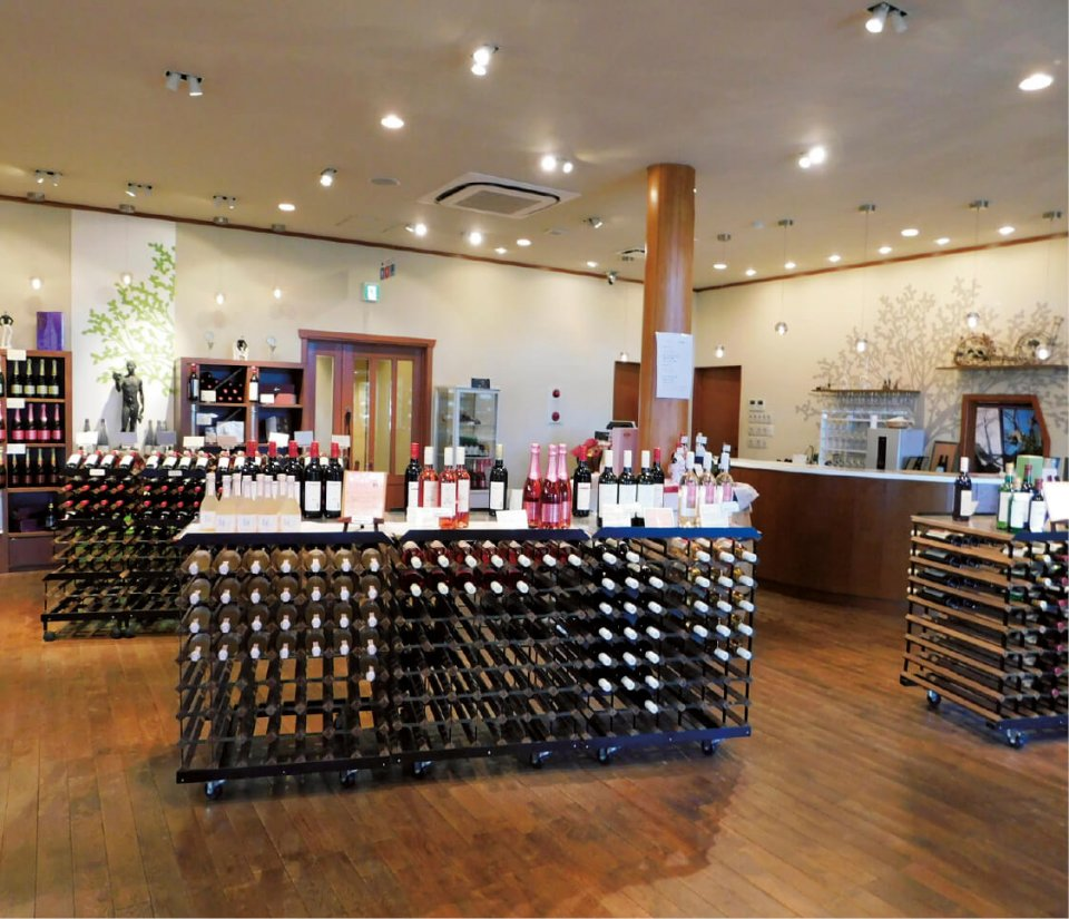 ルミエールワイナリーショップでは、ワインを試飲して選ぶことができる。ショップ限定ワインが並ぶこともあるため、定期的に訪れるファンも多い