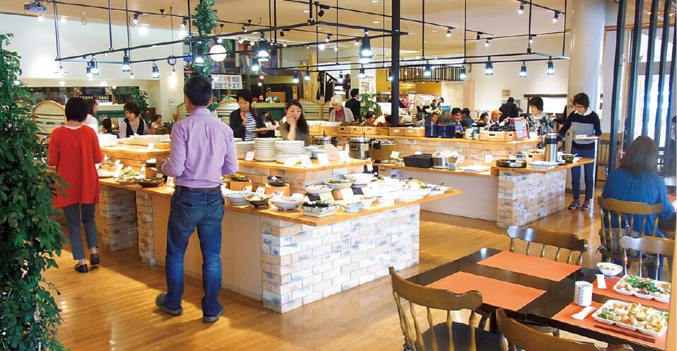 家庭料理レストラン「バーバーズダイニング」は、ちこりを使ったメニューや郷土料理、山菜料理など、ドリンクを含めて約70種類が並ぶ