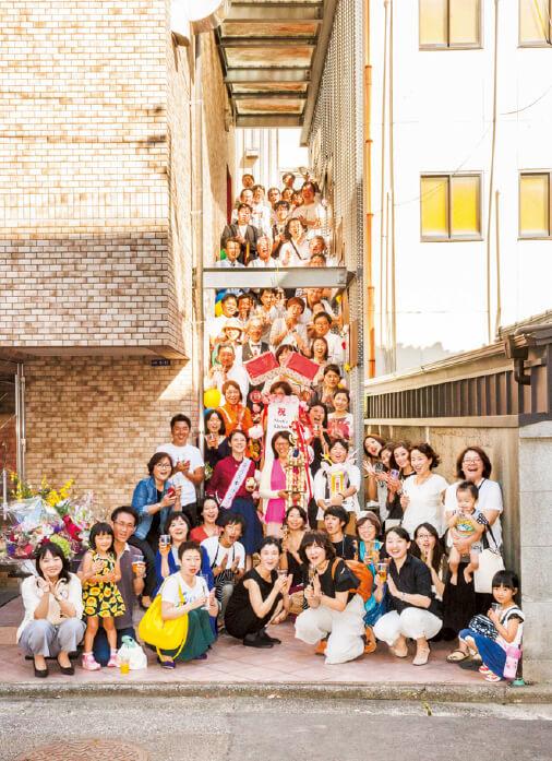 「『高知家の食卓』県民総選挙2016」の祝勝会には多くの人がお祝いに駆け付けた