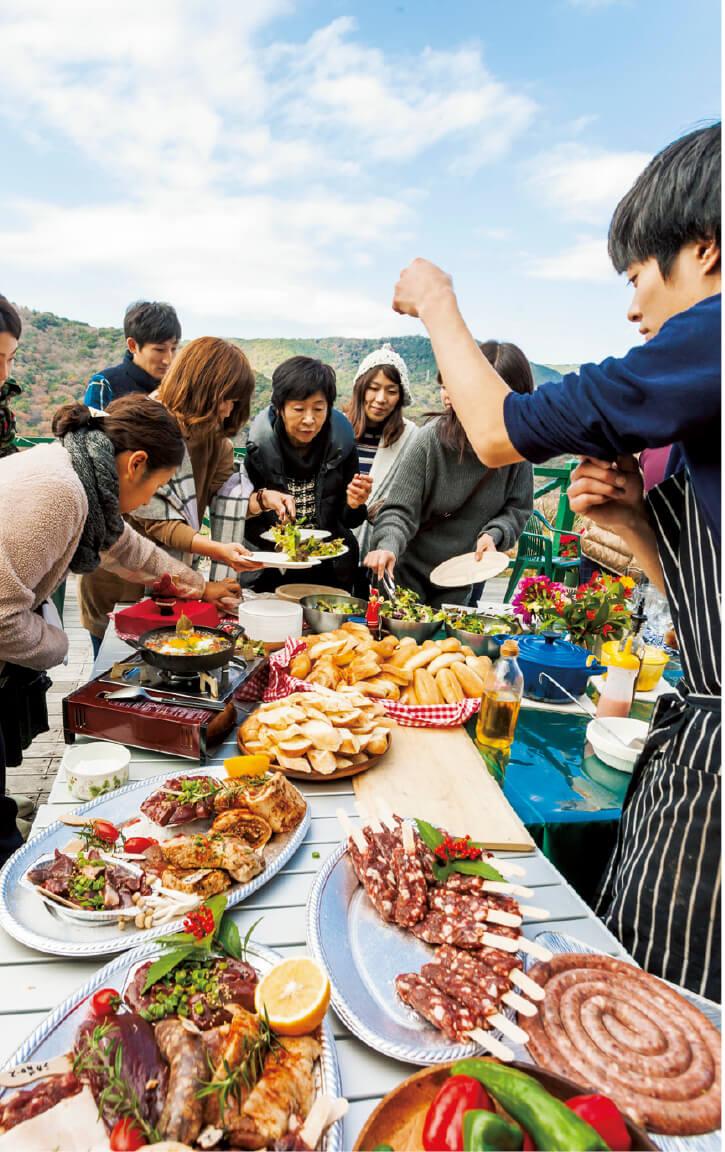 中山間地域活性化の取り組みの一環でジビエバーベキューを実施。定休日には公演や出張教室、イベント開催など、活動は多岐にわたる