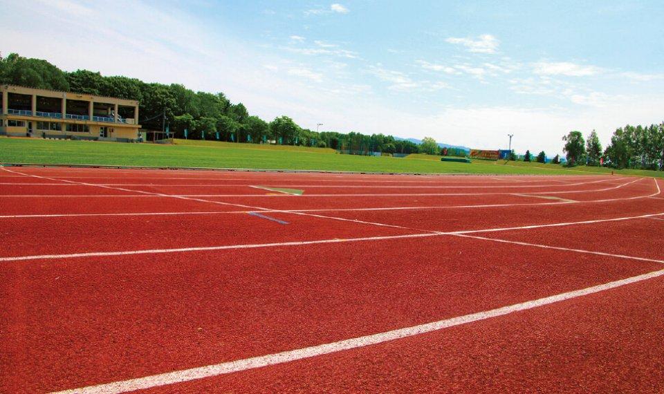 日本陸上競技連盟第3種公認コースである「士別市陸上競技場」