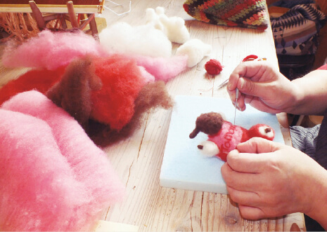 「めん羊工芸館くるるん」で羊毛を使った小物作製体験