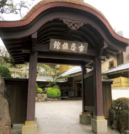 入り口には映画『影武者』の撮影で使われた武田屋形門を譲り受けて据え置いている