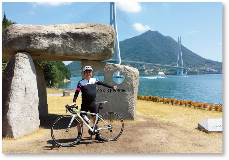 """サイクリング:はまっています(""""サイクリングの聖地""""石碑前にて)"""