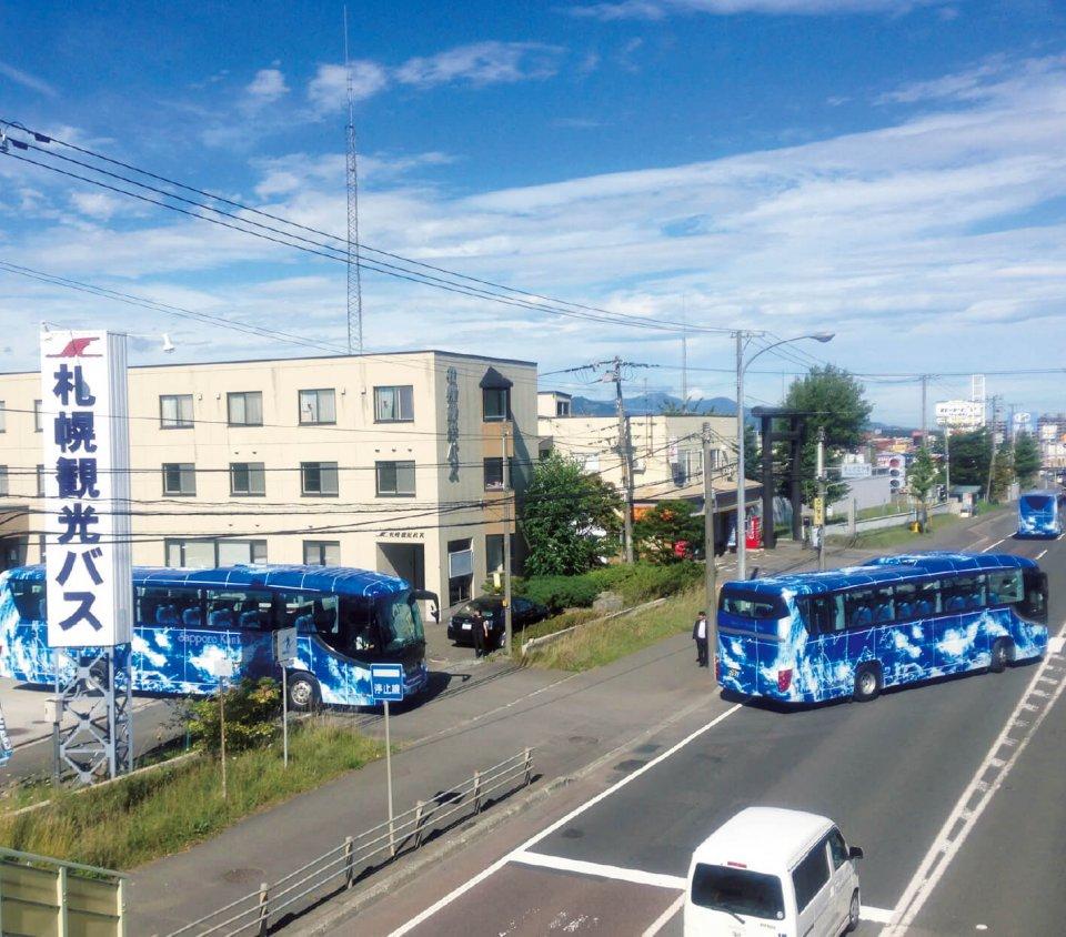 札幌観光バスの本社。バスは全部で45台あり、バスの運転手も北海道の観光を支えるサービス業の一員と考え、採用・育成に力を入れている
