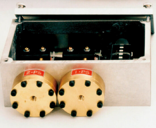 タイヤゴムを成形する際、圧力のかけ過ぎによる破裂を防ぐための制御機器「プレッシャースイッチ」は、国内では同社だけが製造する