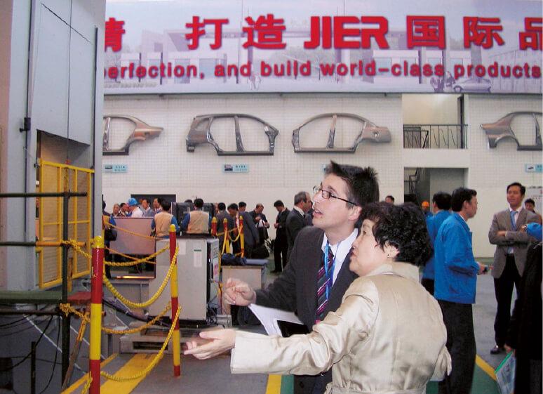海外の見本市では、藤浪さん自ら製品をアピール