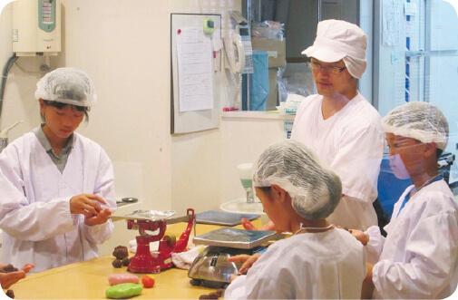 和菓子づくりで伝統文化の大切さと難しさ、楽しさを体験