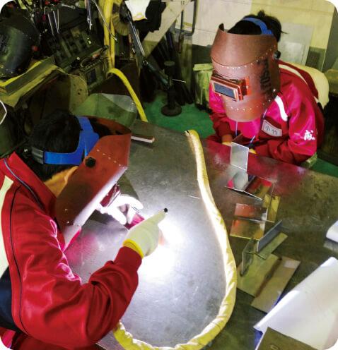 鉄工所で溶接作業を見学。ものづくりの楽しさに目覚め、人のために働きたいとの感想もあった