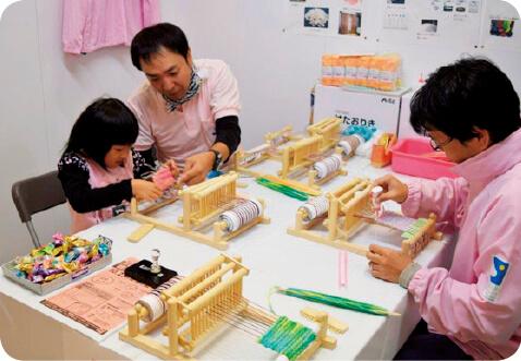 勝山の伝統産業である織物体験ではオリジナルコースターを作製