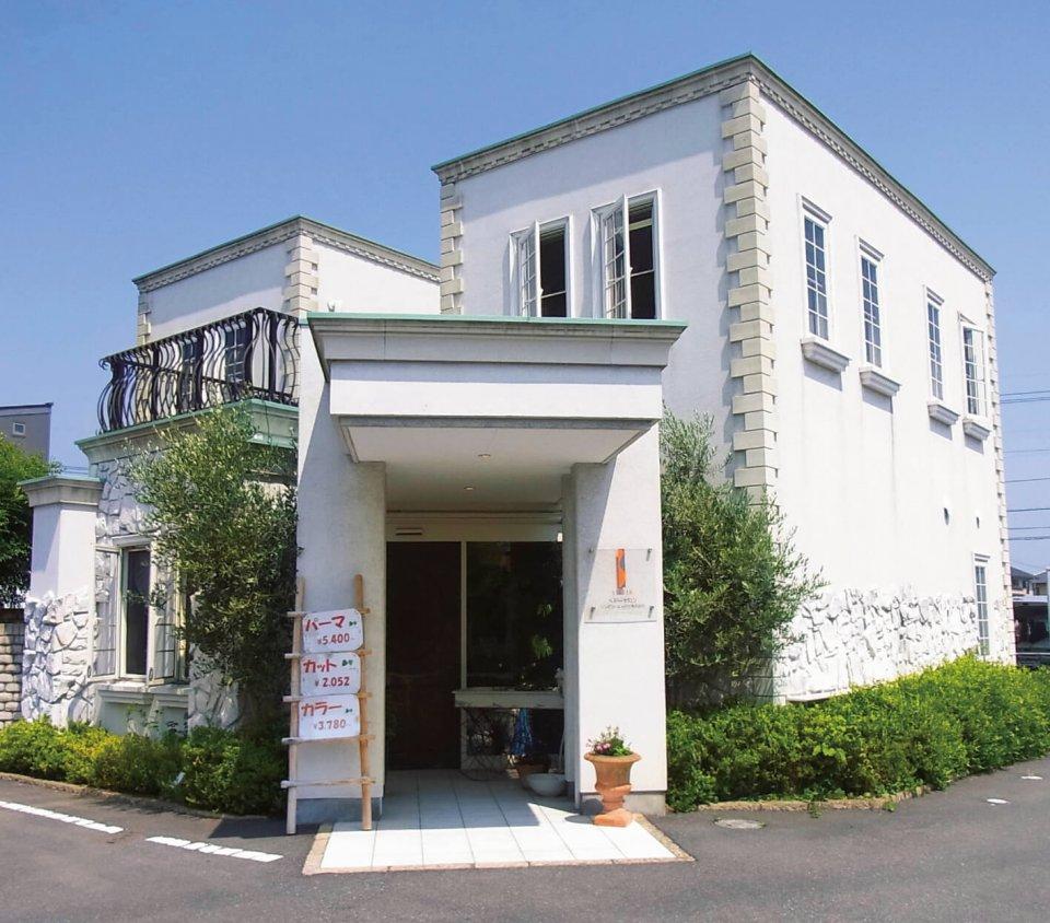 本部店舗「natural hair リンデン」は、プロヴァンス調の外観デザイン。フランチャイズ本部として18年にオープンし、地元密着型の店舗として展開