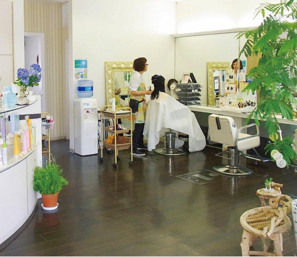 店内は完全バリアフリーで、車椅子のままでもシャンプーやカットができる設計になっている。一般客のほか、仕事の悩みを共感してもらえると、介護士、看護師のリピーターも多い