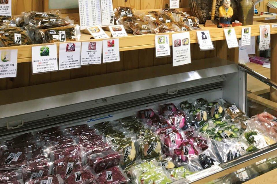 壬生菜(みぶな)、すぐき、桂白瓜(かつらしろうり)などの京野菜をはじめ、日野菜、菜の花、紅大根など、彩り豊かな旬の野菜が社長の人柄同様優しく漬物にされる