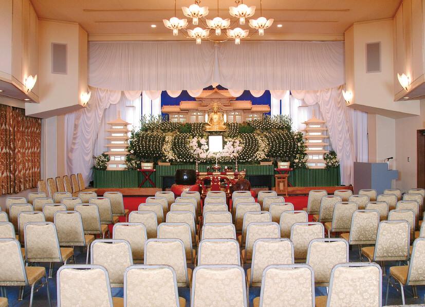「白壽殿塩釜」の大ホール。7つある会館では、葬儀の規模に応じて大中小のホールで対応している