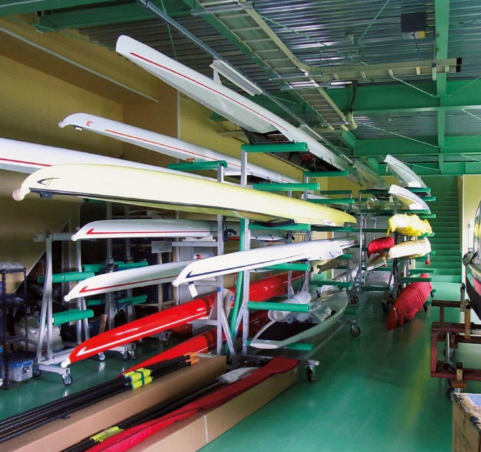 艇庫には出荷間近の競技用ボートが並ぶ。最長約17mにわたる船体は高級自動車が買えるほどの価格。梱包(こんぽう)・出荷にも細心の注意が払われる