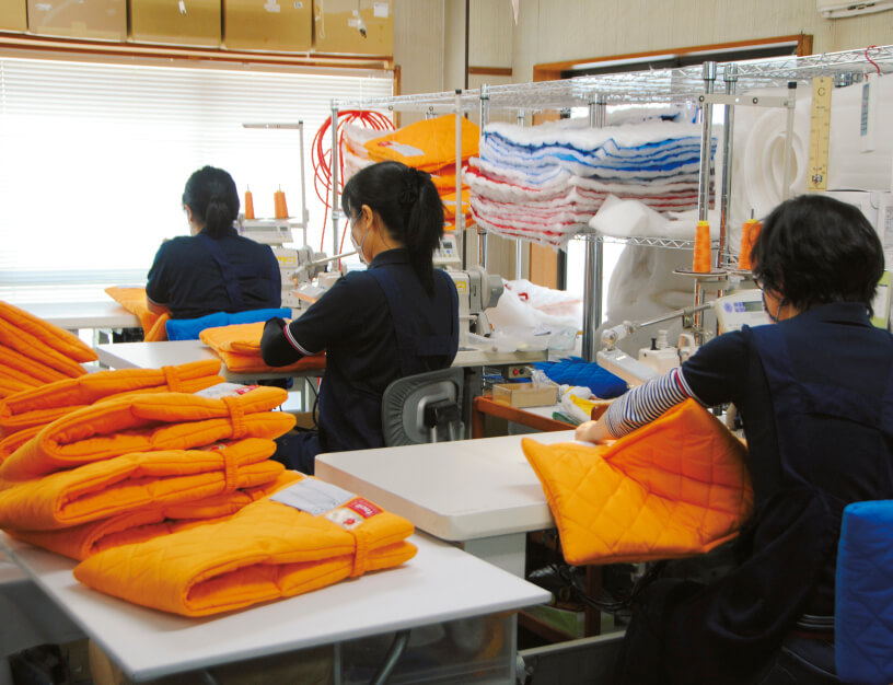 防災頭巾の製造現場。人の手で1つ1つ丹念につくられている