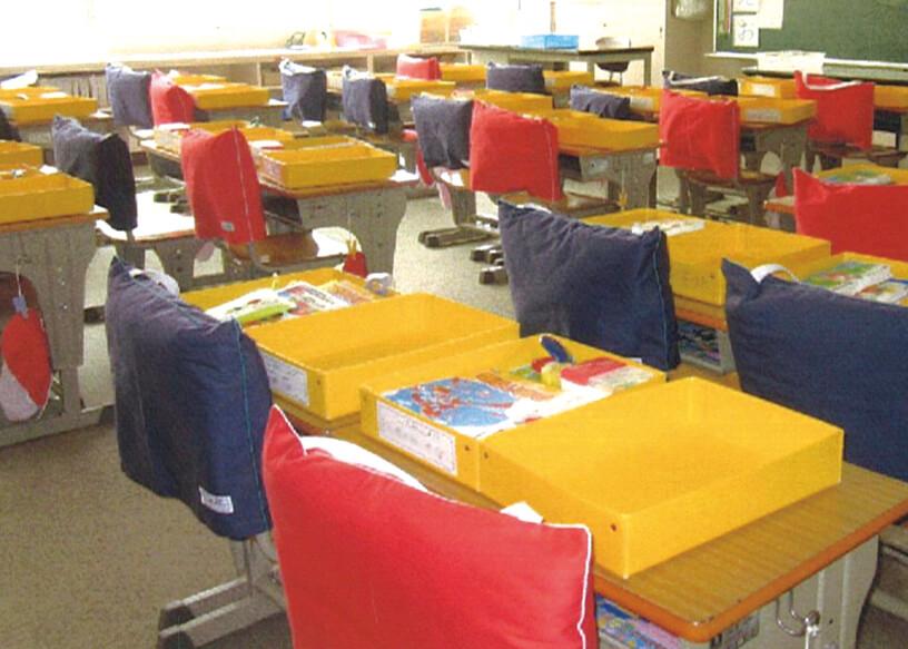静岡県内の多くの小学校では、防災頭巾がいすに装備されている