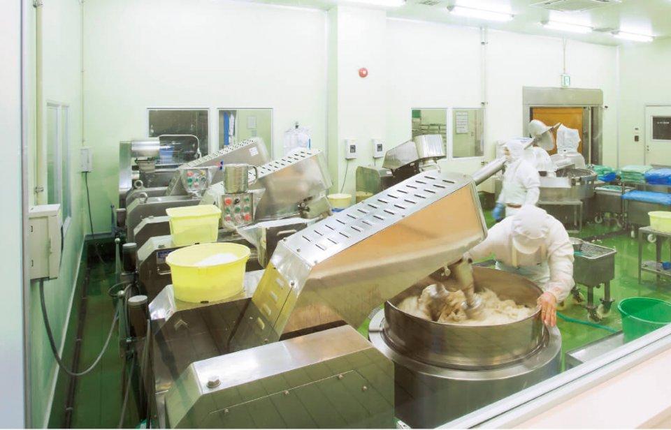 現在の製造現場。手前は材料の魚肉をすり潰す「擂潰(らいかい)」と呼ばれる工程