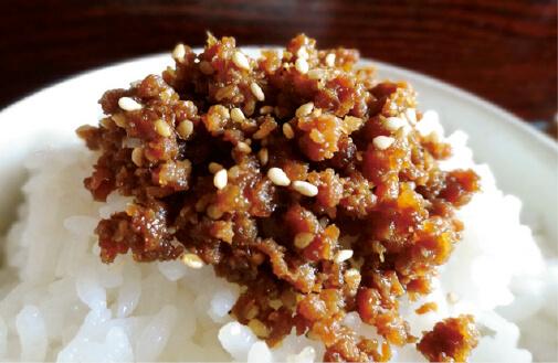 地元の人からも愛される確かな味は、鎌倉観光のお土産としても人気。炭火で燻(いぶ)された秘伝だれの香りが忘れられず、また食べたくなる