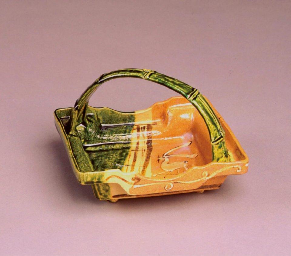 織部手鉢:一般的に銅緑釉の焼き物を指すが、鉄釉の長石釉も使われる。種類は多様で見る人を驚かせる意匠が特徴