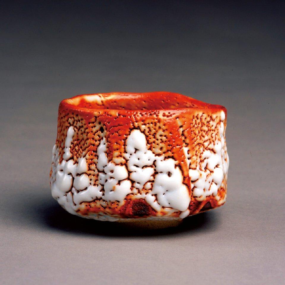 志野茶盌:長石釉を厚く掛けて高温の大窯で焼成した白い器。ゆず肌のような小さな穴や自然に生まれた緋色が素朴な味わい