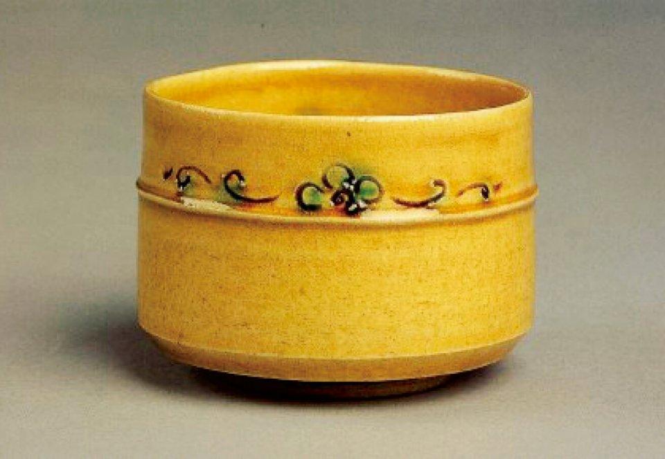 黄瀬戸茶盌:薄めの生地に灰釉を薄く掛けて焼成することによって黄色に発色してできた焼き物