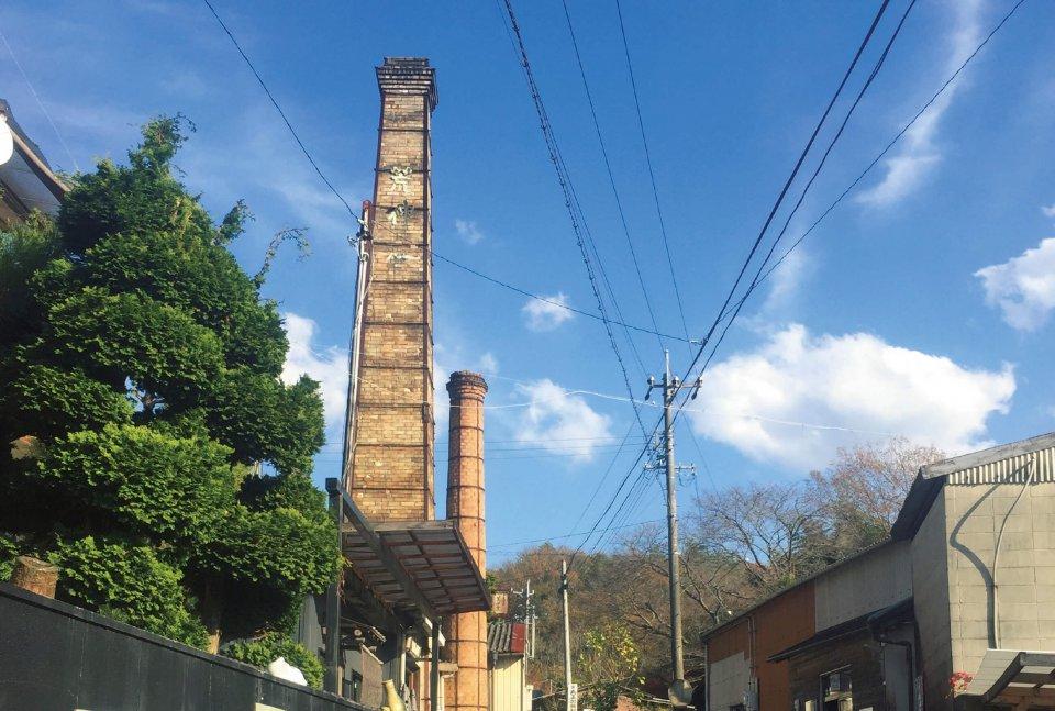 窯の煙突:下石裏山地区は、せまい道沿いに煙突を立てた窯元が点在し、昔ながらの煙突のある風景が楽しめる