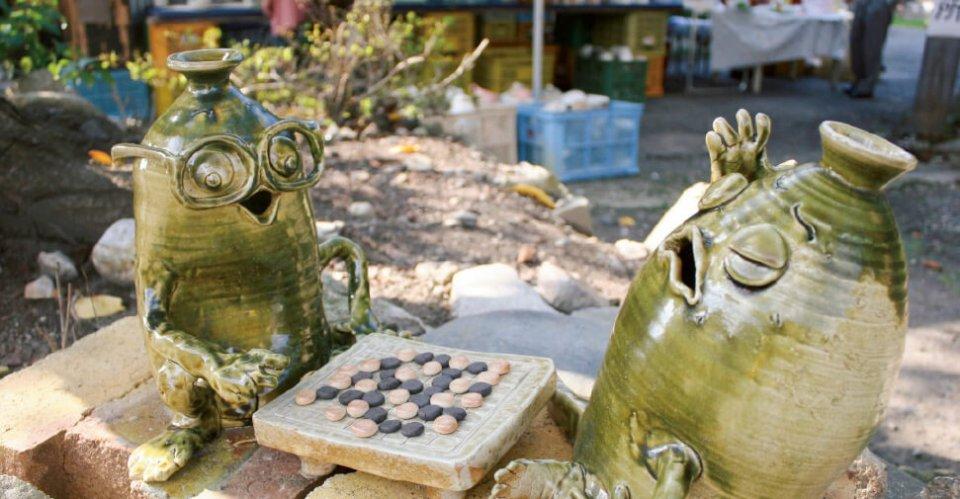 とっくりとっくん:全国有数のとっくりの産地下石町で生まれた陶製のオリジナルキャラクター。囲碁を楽しんだり、釣りをしたり、煙突に登ったり、さまざまなとっくんが見られる