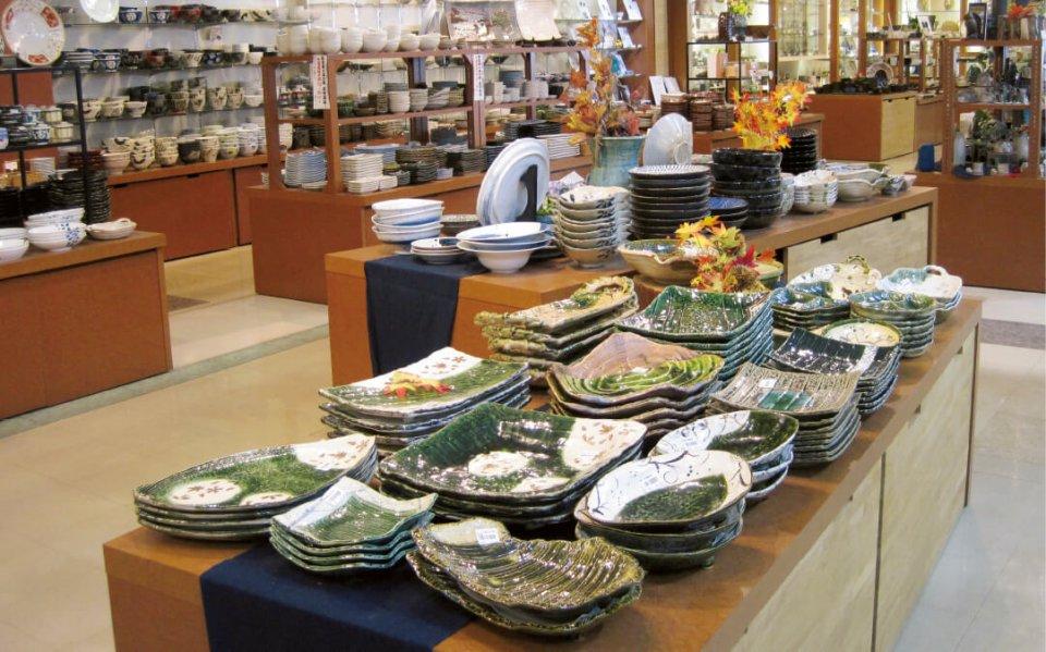 道の駅志野・織部:食器雑貨から陶芸家の作品まで美濃焼が豊富にそろう。地元の名産品も充実している