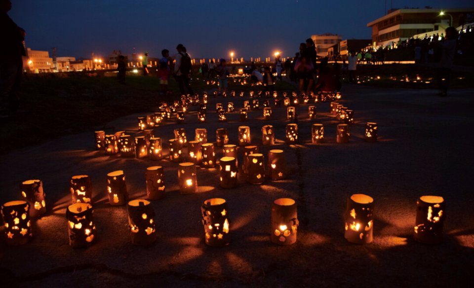 あかりの夕べ:地元の子供たちの手作り灯籠やランプシェード約2000個にあかりが灯され、幻想的な美濃焼のあかりが楽しめる
