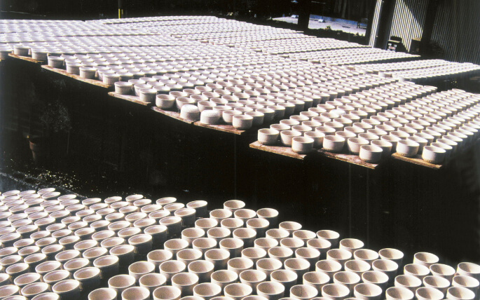 天日干しの光景:成型した器を天日に干し乾燥させる様子。昔から土岐市ではよく見かける光景