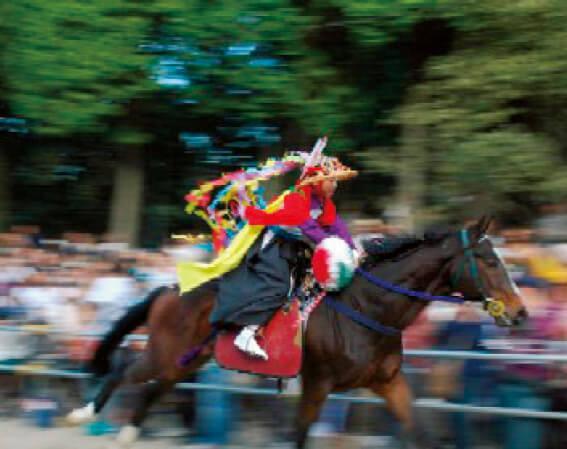八幡神社例祭「流鏑馬(やぶさめ)」:少年騎士が陣笠陣羽織を身にまとい急坂の参道を駆け登る勇壮な行事(毎年10月第2日曜開催)