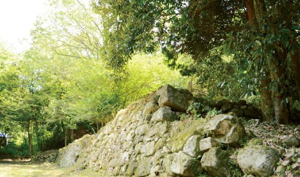 妻木城跡:室町時代に土岐明智彦九郎頼重が築城したといわれ、今も残る石垣が時代のロマンを感じさせる