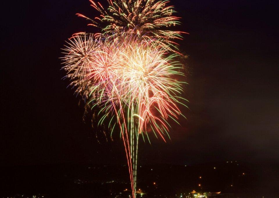 炎の祭典土岐市織部まつり:夏の風物詩、土岐市織部まつりで開催される花火大会。4千発の花火が夏の夜空を鮮やかに彩る