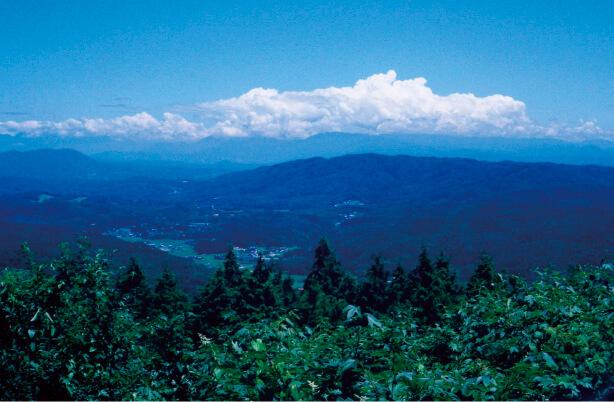 三国山:標高701ⅿの山頂展望台からは、御岳、白山などの山々や名古屋市内も一望できる。夜景の美しさも見どころ