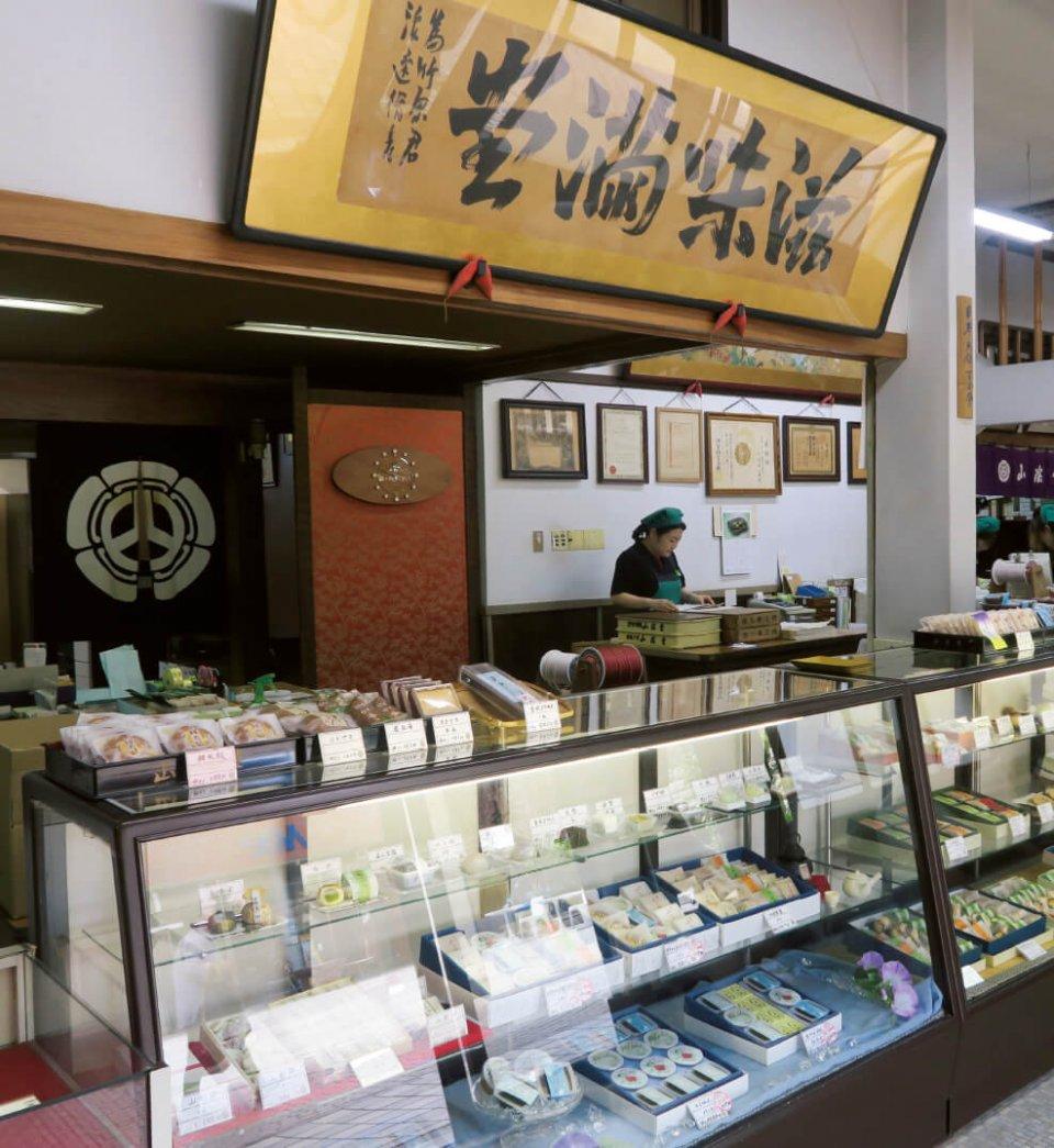 山陰堂の店内。このほかに直営の支店が県内に4店舗ある