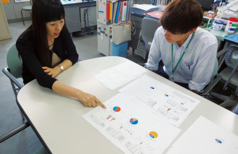 地方公務での実習。資料を作成しながら指導を受ける