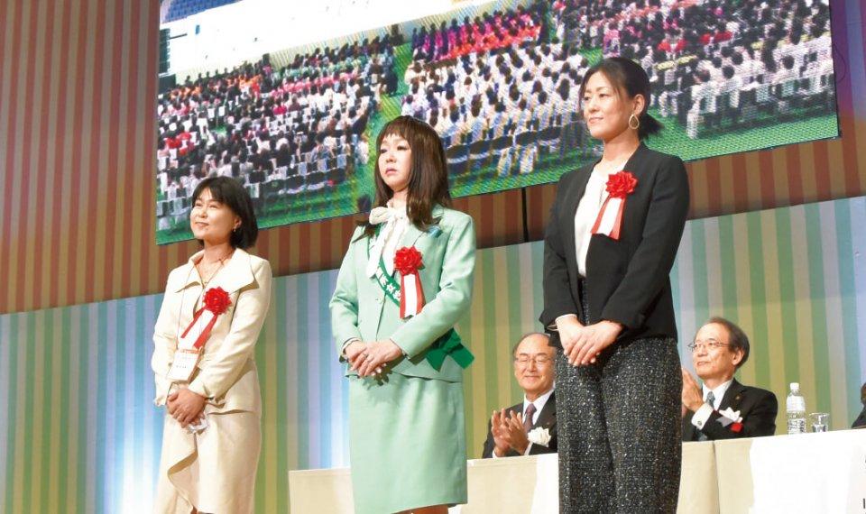 左から最優秀賞の新谷梨恵子さん、優秀賞の小林由紀さん、藤岡康代さん