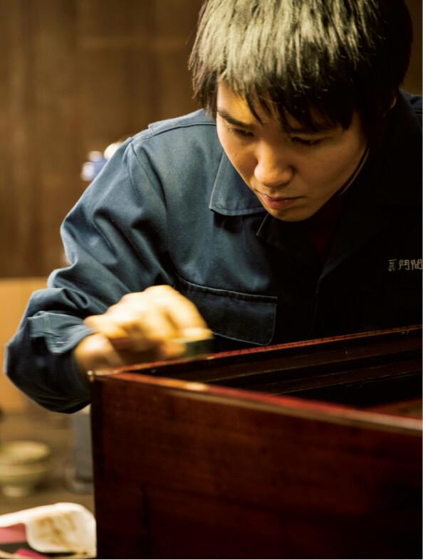 工房では若い職人の育成に力を入れ、現在はたんすをつくる指物師が3人、表面の塗りを担当する塗師が4人いる